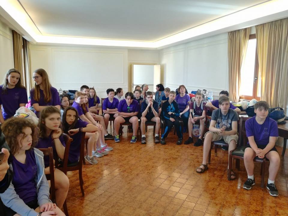 7 - La sala consiliare occupata dai giovani atleti inglesi