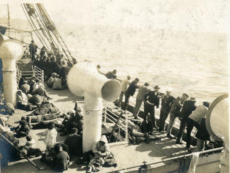 Il viaggio - Anni '20, Emigranti a bordo del Piroscafo Irene nel porto di Napoli